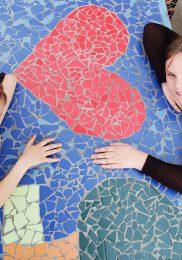 Von Schülern gestaltete Mosaiktische